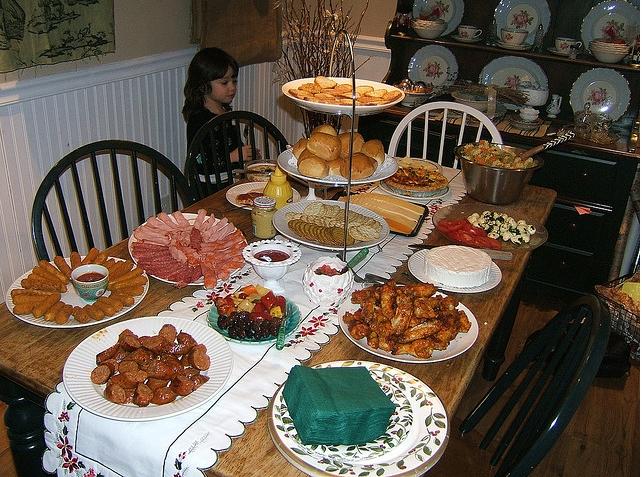 Allestire la tavola: tovaglie, posate, bicchieri e tovaglioli