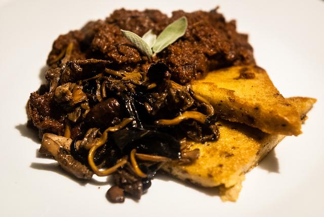 cinghiale, funghi e polenta