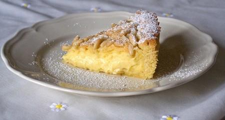 Crostata con crema di limone e pinoli