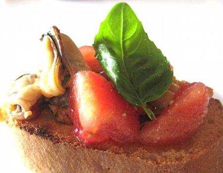 crostini con cozze e pomodorini