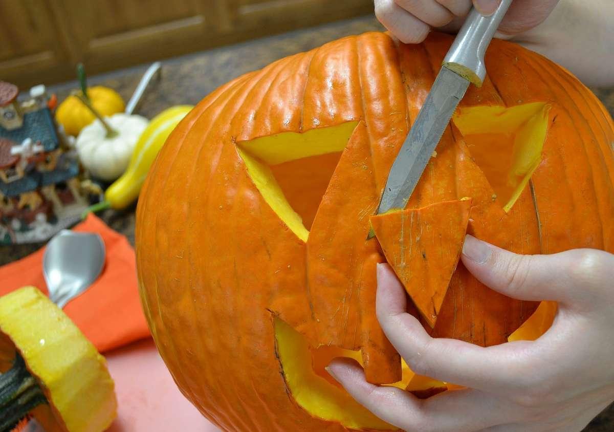 Intaglio della zucca di Halloween
