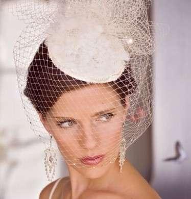 Acconciatura sposa con velo con capelli raccolti