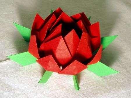Fiore di carta fai da te rosso