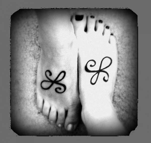 Piedi con lettere iniziali tatuate