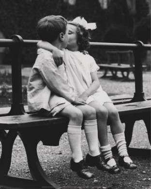 Immagine di bambini innamorati
