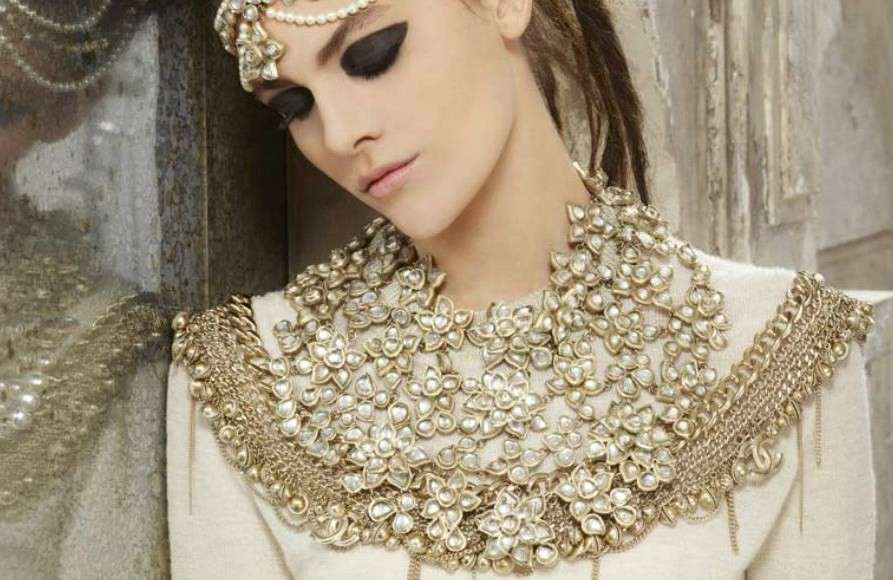 Collana Chanel, modello Plastron oversize