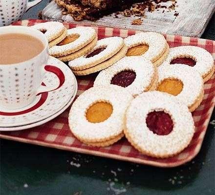 Biscotti con pasta frolla farciti con marmellata