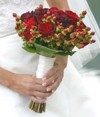 Bouquet sposa Natale con rose e bacche