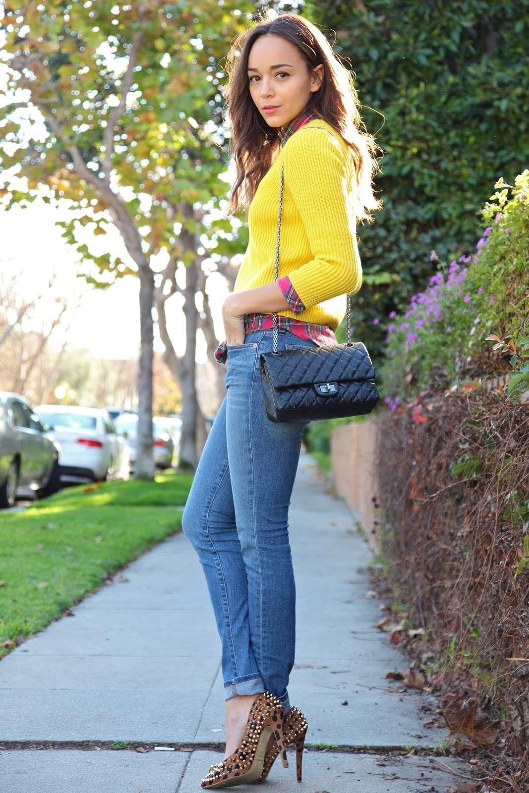 Pumps animalier borchiate e jeans