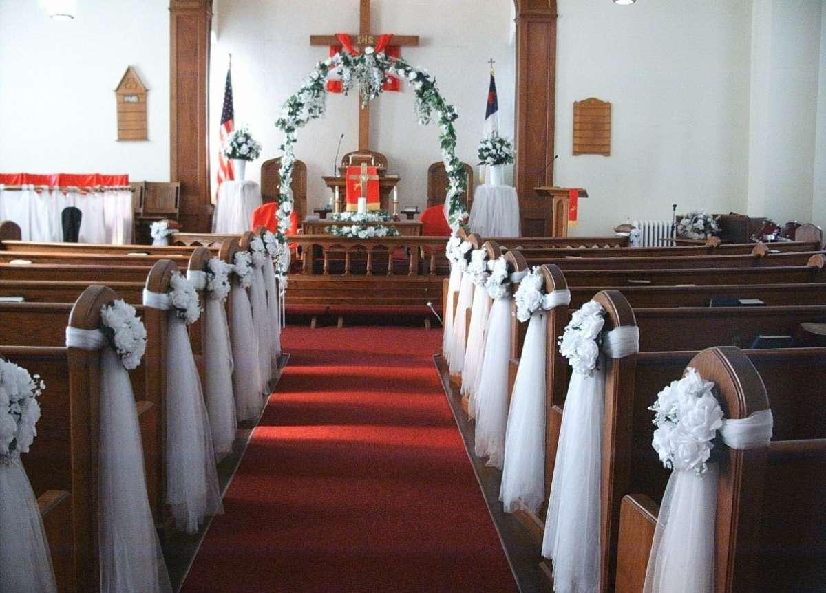Addobbi per la Chiesa con fiori bianchi e tulle