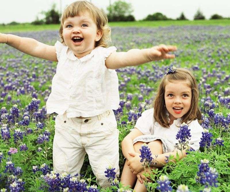 Bambini che giocano in primavera