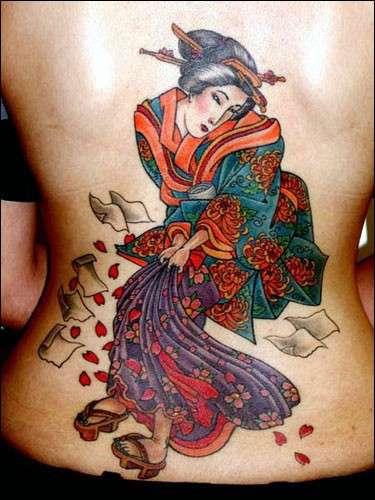 Tatuaggio con una geisha colorata