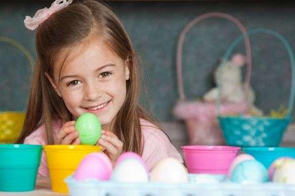 Uova colorate per i lavoretti di Pasqua dei bambini