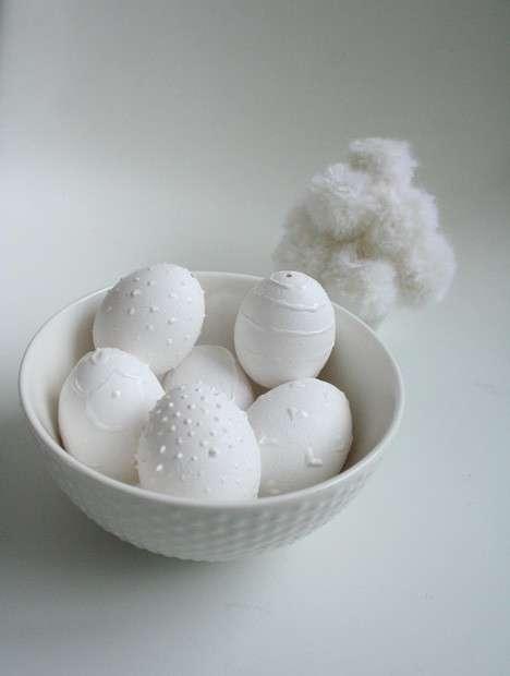 Uova di Pasqua con decorazione bianca