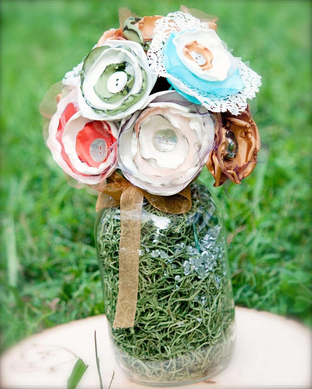Addobbi di fiori con bottoni per le nozze