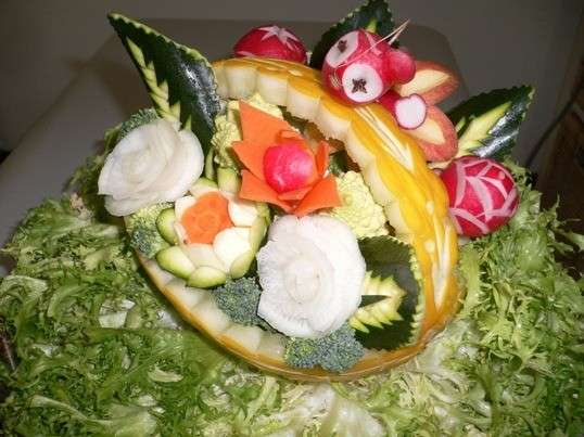 Cesto di fiori con frutta e verdura