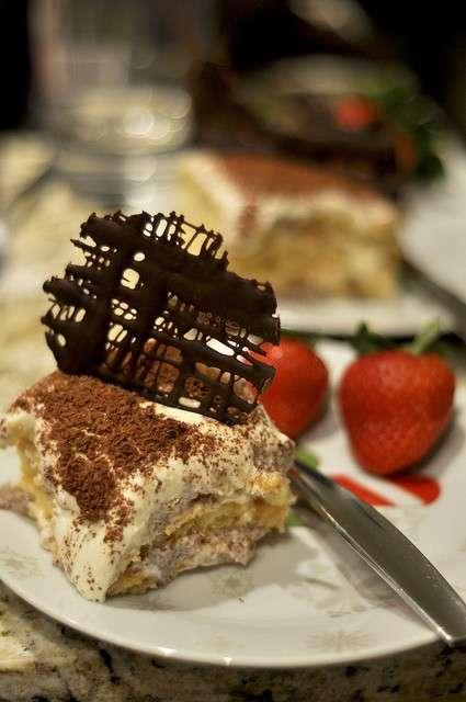 Tiramisu con decorazione di cioccolato