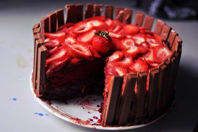 Torta kit kat e fragole
