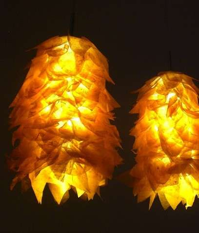 Lampadari di calze a rete e carta