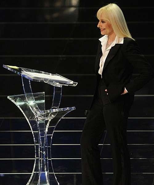 Tailleur nero con camicia per Raffaella a Sanremo