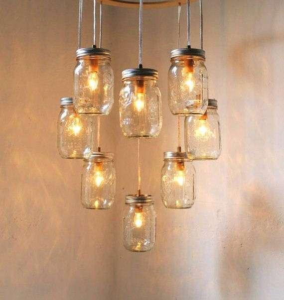 Una cascata di vasetti e lampadine