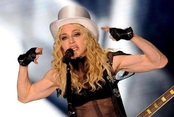 Madonna con braccia in primo piano