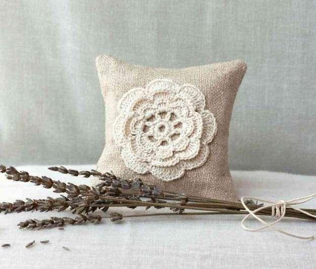 Applicazioni crochet sui cuscini
