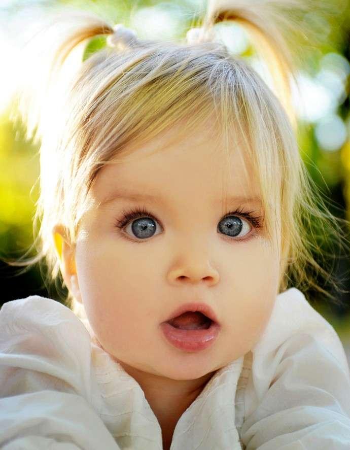 Bambina bionda con codini