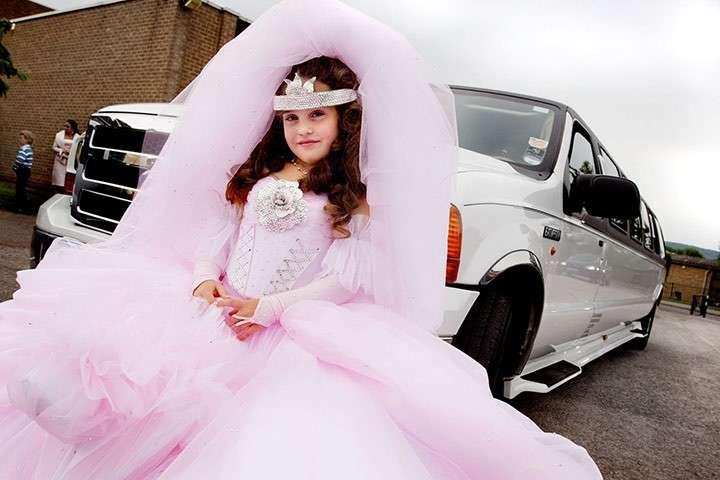 Bambina con limousine