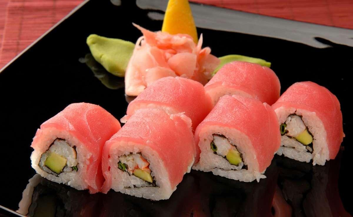 Sushi con fiore decorativo