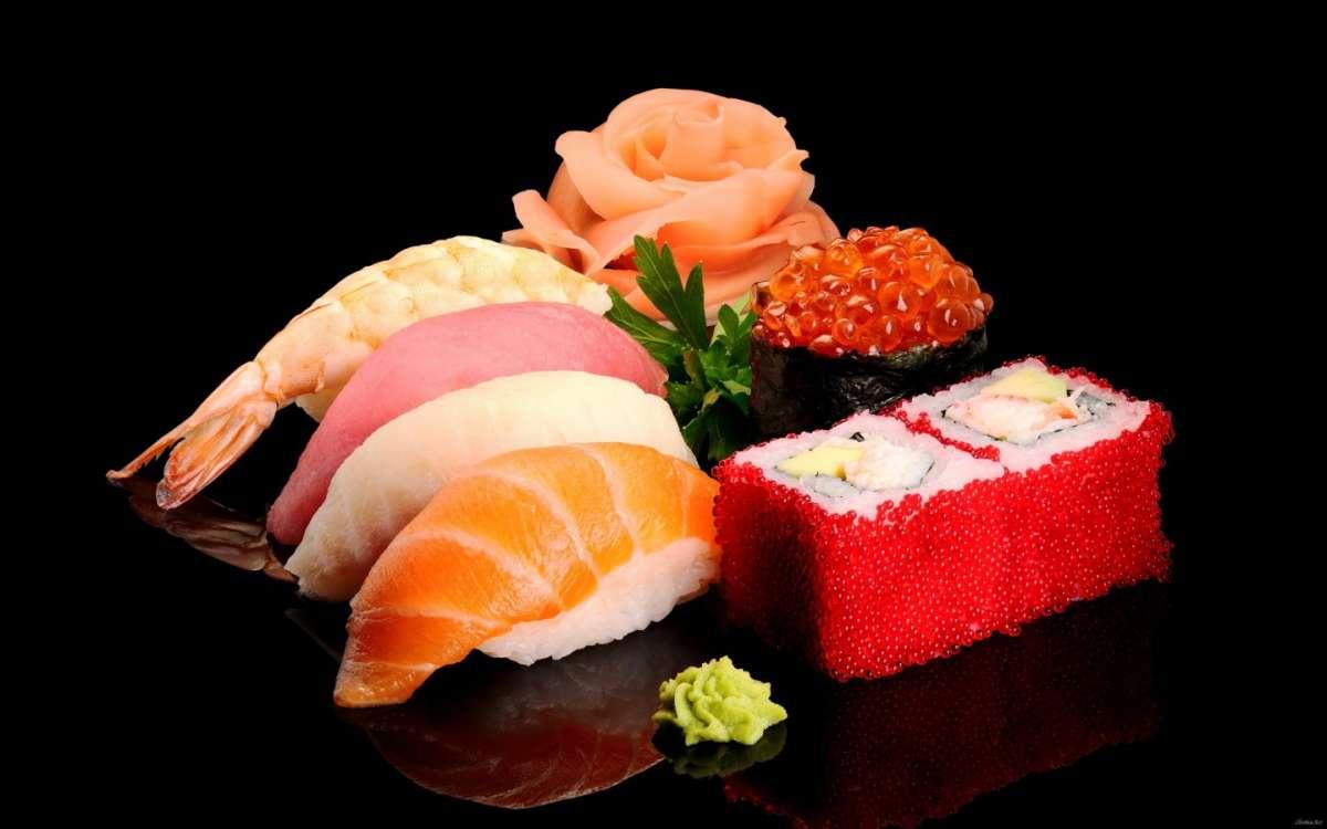 Sushi su tagliere nero