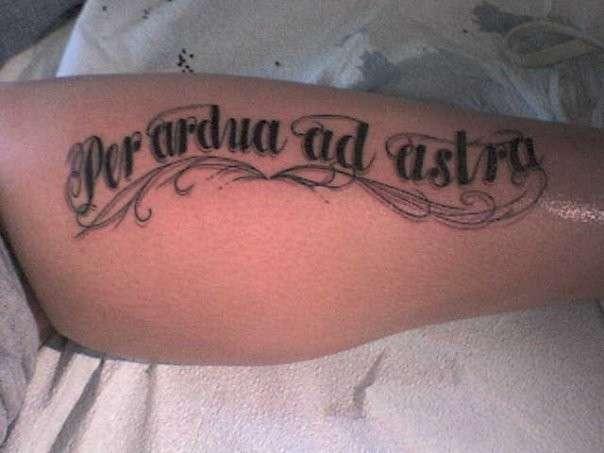 Tatuaggio in latino sul braccio