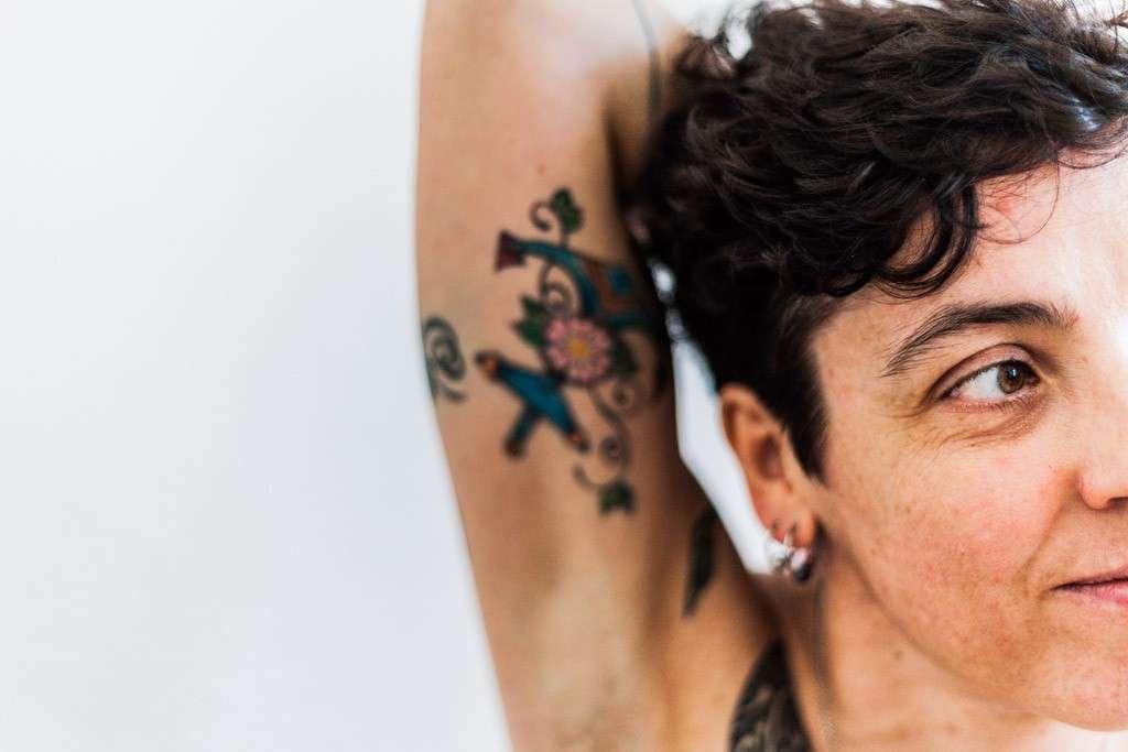 Braccio tatuato di donna