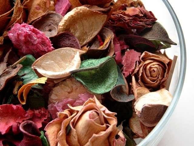 Centrotavola autunnale con fiori e foglie