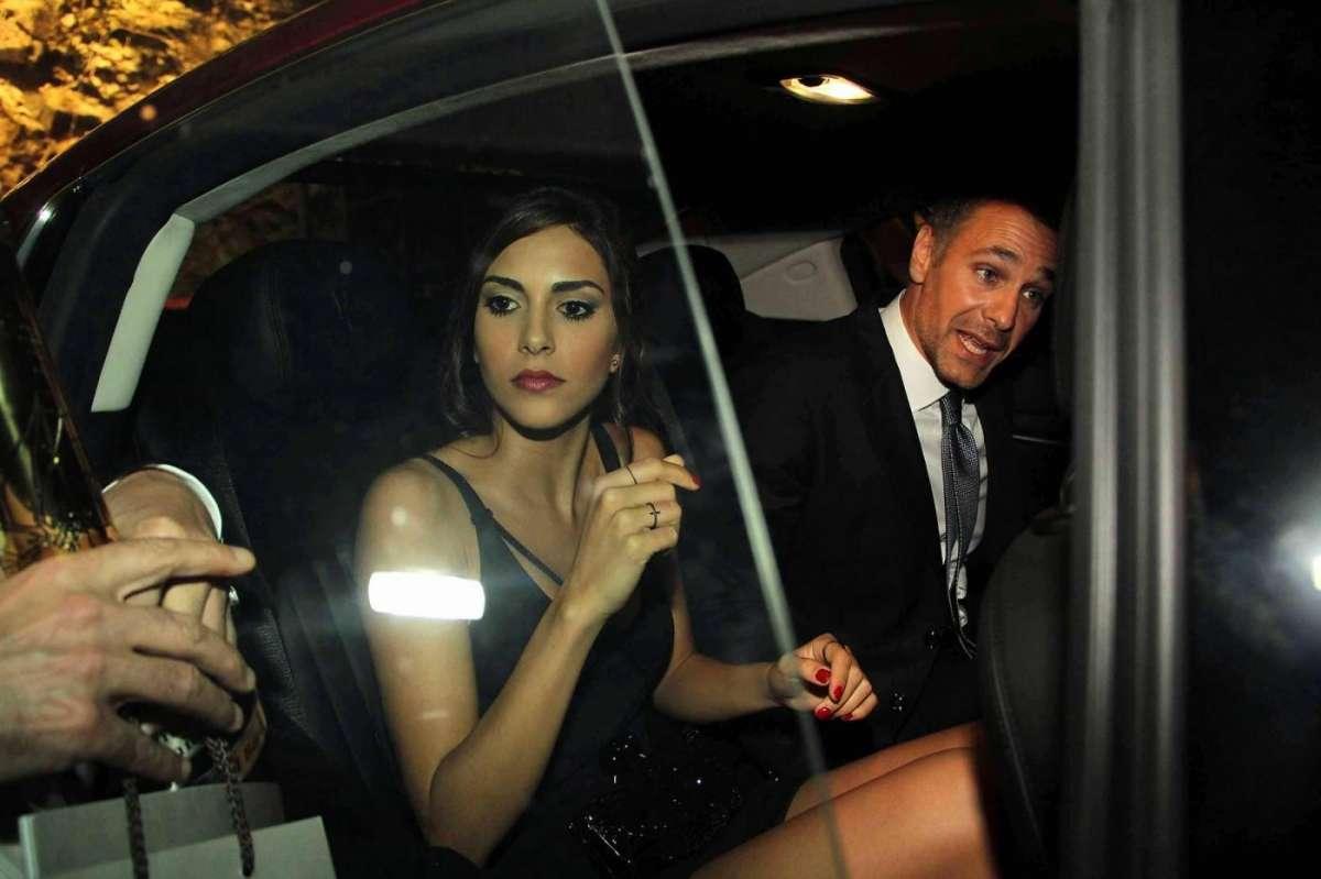 I due attori entrano in auto