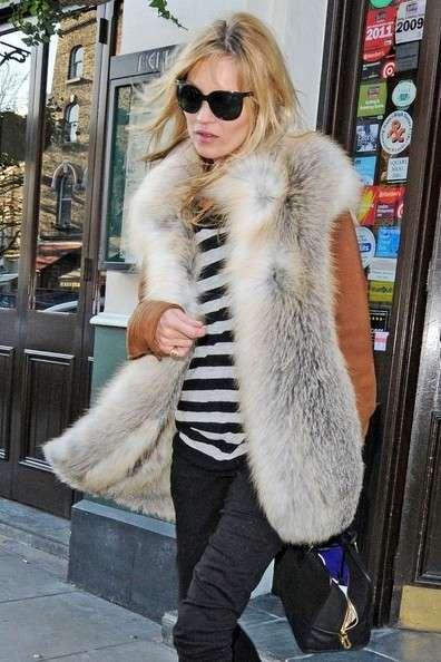 Kate Moss con gilet in pelliccia
