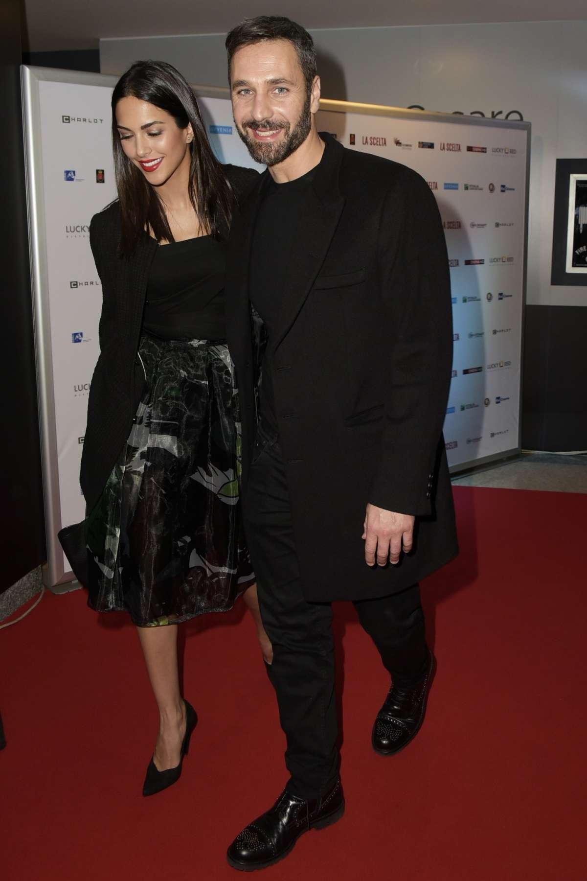 Raoul Bova elegantissimo e sorridente con la compagna