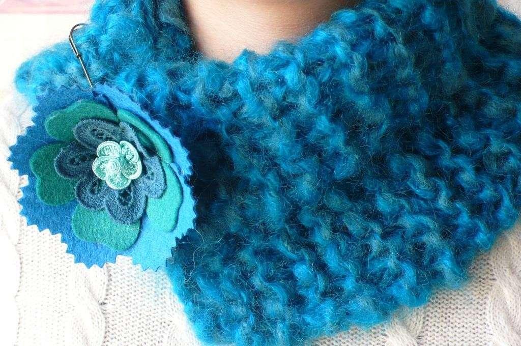 Scaldacollo azzurro con fiore in feltro