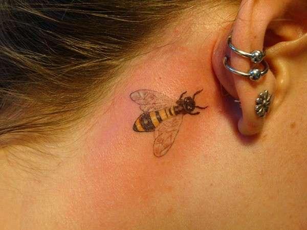 Tattoo dietro l'orecchio a forma di ape