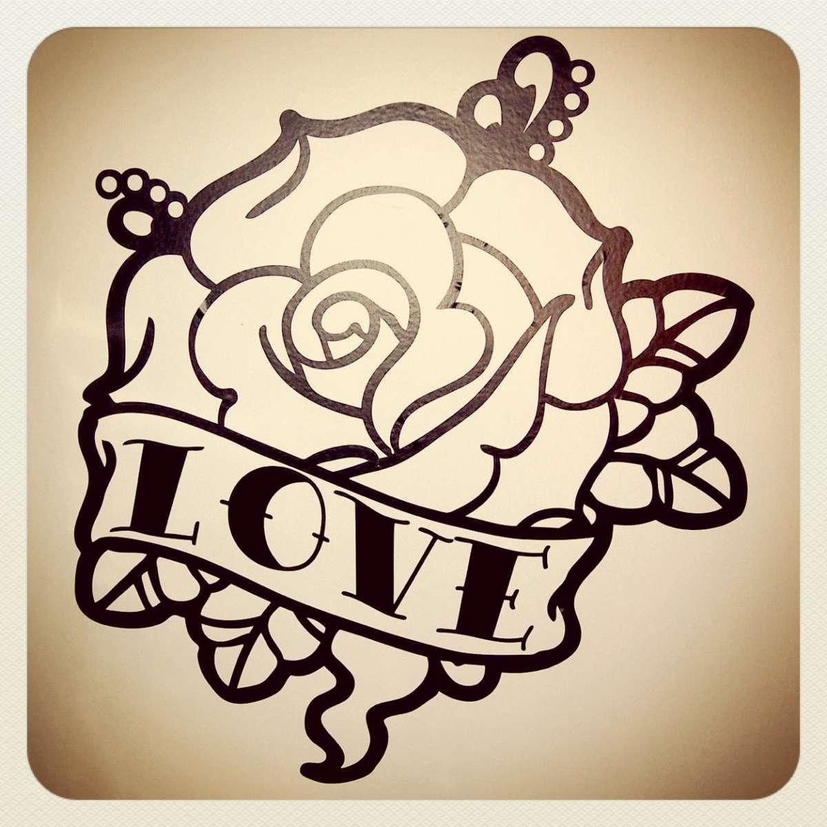 Tatuaggi old school tradizionali: rosa con scritta