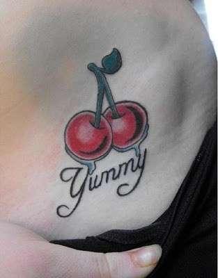 Tatuaggio piccolo con ciliegie e scritta