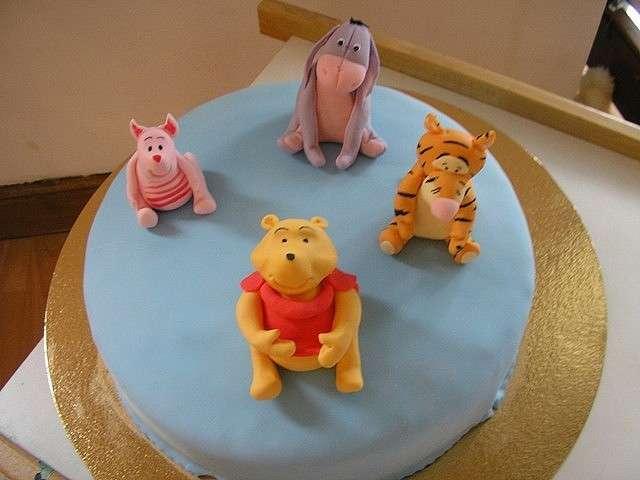 Allegra compagnia sulla torta
