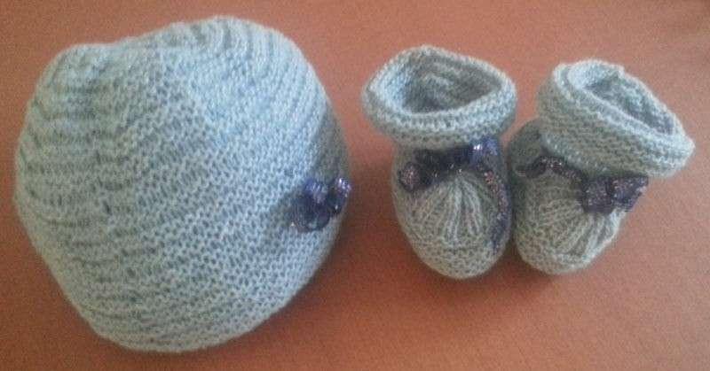 Cappellino azzurro con fiocco