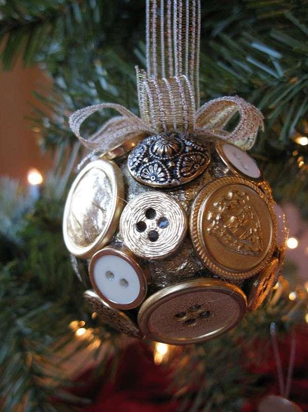 Pallina di Natale con bottoni