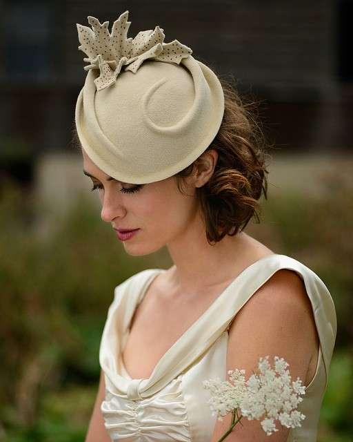 Cappellino cloche per la sposa d'inverno