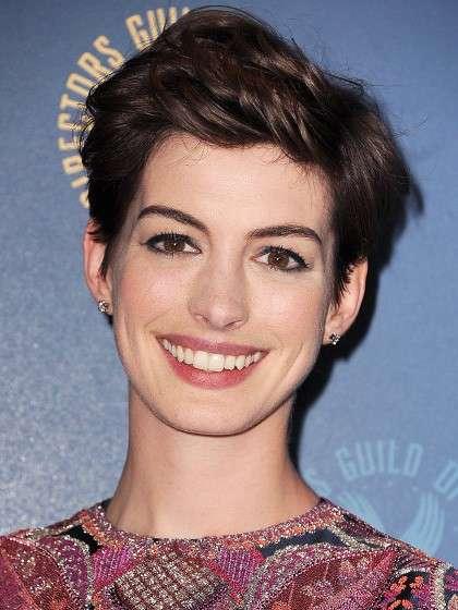 Il taglio corto invecchia Anne Hathaway