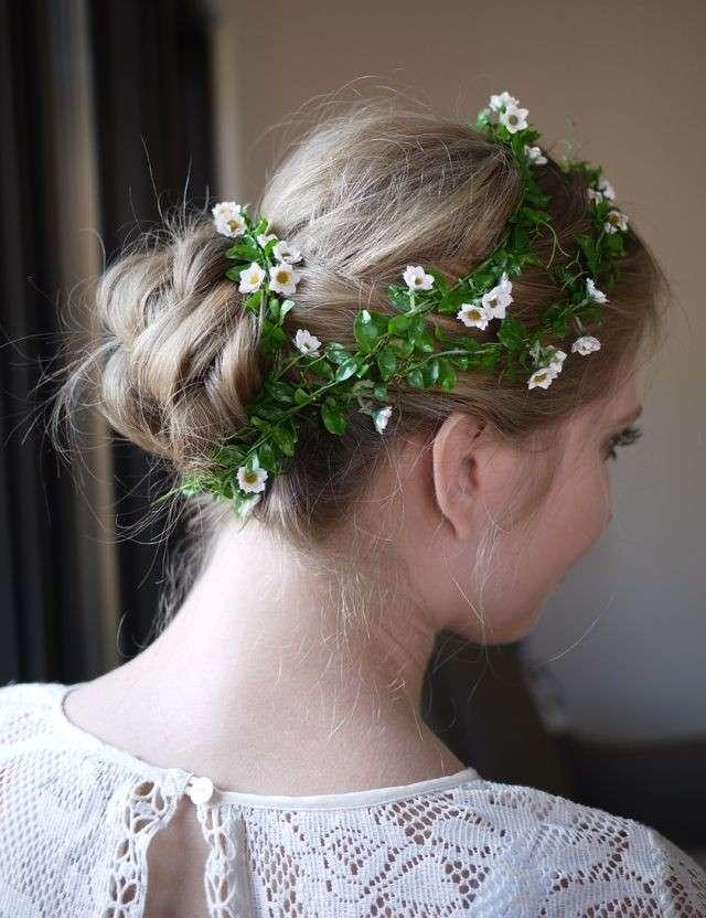 Acconciatura da sposa con chignon basso e corona di fiori