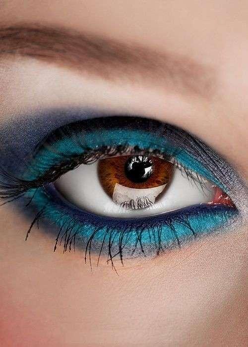 Blu chiaro e scuro per trucco su occhi castani