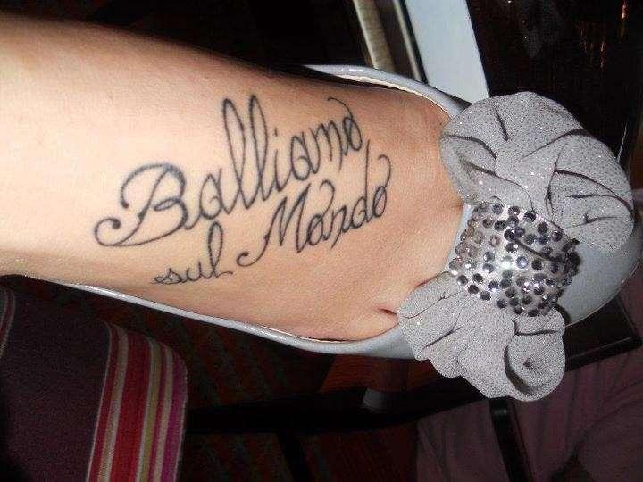 Tatuaggio su collo del piede