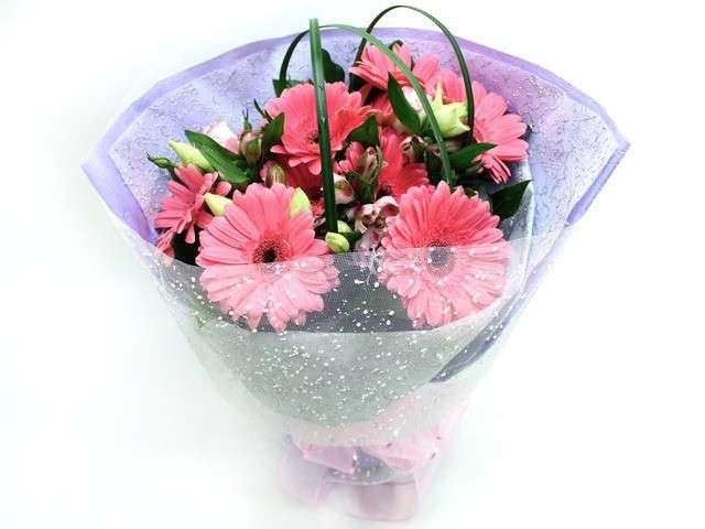 Bouquet di fiori rosa per la laurea